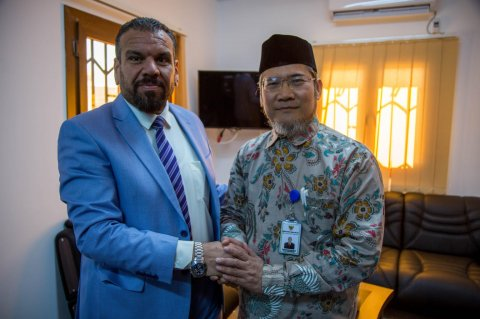 Hassan Onis (L) receives Chargé d'Affairs of the Indonesian Embassy, Mohammad Amar Ma'ruf