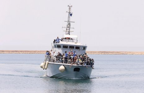 France to hand over six boats to Libya